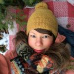 Anna Emilia Laitinen on Tampereella asuva kuvittaja, jonka luontoaiheisia maalauksia on julkaistu ympäri maailman. Hän on kuvittanut yhden lastenkirjan Italiaan, kaksi Ranskaan ja uusin julkaistaan Yhdysvalloissa. Luonnoskirjan sivuille hän piirtää mieluiten puutaloja, majoja, telttoja sekä puitten lehtiä. Viimeiset kaksi luettua kirjaa ovat Margaret Atwoodin Orjattaresi sekä Einar Már Guðmundssonin Pyöreän portaikon ritarit, jonka sivulle joku oli piirtänyt mustekynällä tulivuoren.
