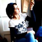 """Mari Laaksonen on tamperelainen runoilija, joka on julkaissut kaksi runoteosta Galleria Noesis (ntamo 2013) sekä elämännielemä (ntamo 2016) Laaksonen on viime vuodet työskennelyt monitaiteisten runoesitysten kanssa. Esitys """"Valitse hetki"""" on monologiversio samannimisestä runo- ja äänitaide-esityksestä."""